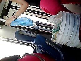 Vecina marcando raya de culo en el bus