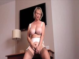 MICHELLE the Britsh MIlf plays