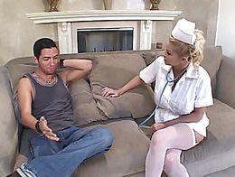 La enfermera chichona