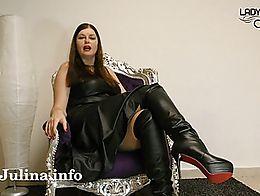 Kleiner Sklave, du wirst gebraucht. Die neuen Lederstiefel der Herrin müssen gründlich gerein...