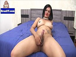 Brazilian tranny Loris Beatriz jerking