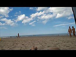 2 vrouwen volledig naakt op het strand
