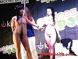Show de las actrices porno Amanda X y Brenda Boop con unos espontáneos del público en el Sal�...