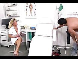 Hana enfermera jalandosela a un sujeto y se viene en sus tetas