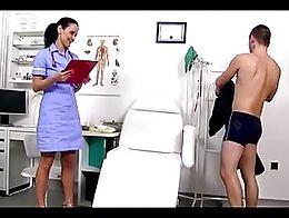 Nora enfermera jalandosela a un sujeto y se viene en sus tetas
