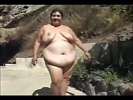 White bbw Sindee Williams walking nudo to do a scene with 3 women and 1 boy. She will licks all...