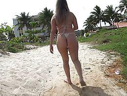 Novinha rabuda desfilando na praia