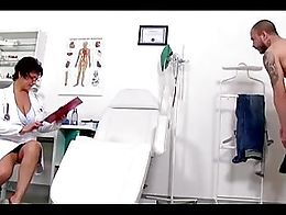 Greta enfermera jalandosela a un sujeto y se viene en sus tetas