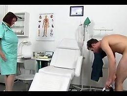 Eva enfermera jalandosela a un sujeto y se viene en sus tetas