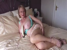 MICHELLE the British MILF opens her Pussy