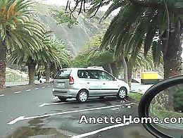 Fellation dans la voiture pour des voyeurs en exterieur au bord de la plage, la video complete ...