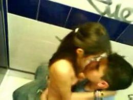 Parejita se da un encontron en uno de los baños de la unam