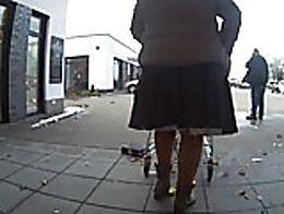 Sturm Frederike spielt mit den Röcken meiner Frau