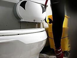 Drunk light skin girl peeing in the bathroom.