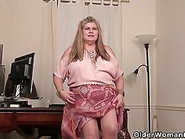 BBW milf Love Goddess from the US takes a break and gives her pantyhosed pussy a treat.