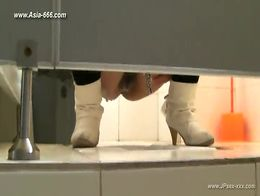chinese girls go to toilet.33