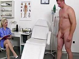Maya enfermera jalandosela a un sujeto y se viene en sus tetas