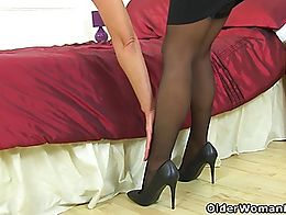 UK milf Caz shows off her sexy body and fingers her mature pussy.