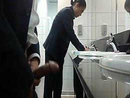 Machacándosela en wc público