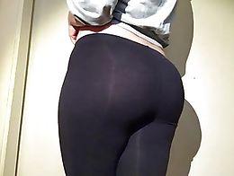 Curvy 19yr old pawg pulling down her black leggings