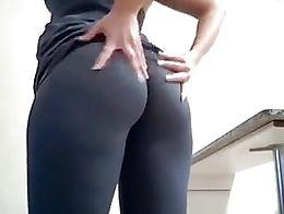 Elle danse, touche son cul, puis commence un strip devant sa webcam, pour faire durcir les queu...