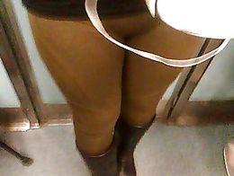 Rica panocha en el metro con leggins cafe