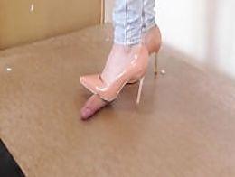 Cockplay fullweight cockcrush under plexi with sexy heels cumshot