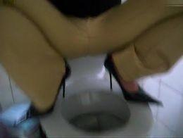 Geil gepisst in Miss Sixty Lederhose mit High Heels