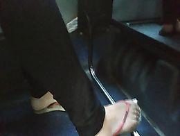 Candid teen feet flip flops in bus pezinhos pieds