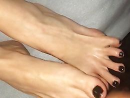 Jerking off on her black polished toes